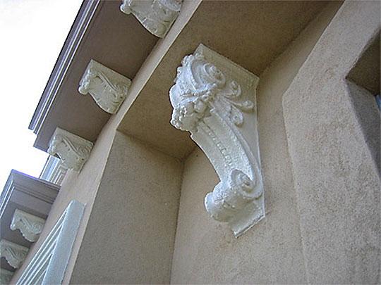 Wyeksponowany detal dekoracyjny elewacji