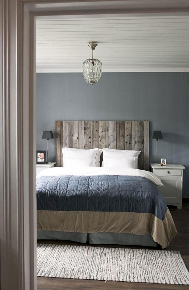 Czym pomalować starą boazerię - Szarość ściany i biel paneli sufitu w sypialni