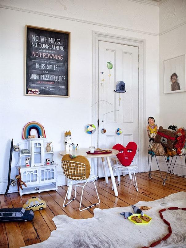 Biel z barwnym wystrojem dziecięcego pokoju