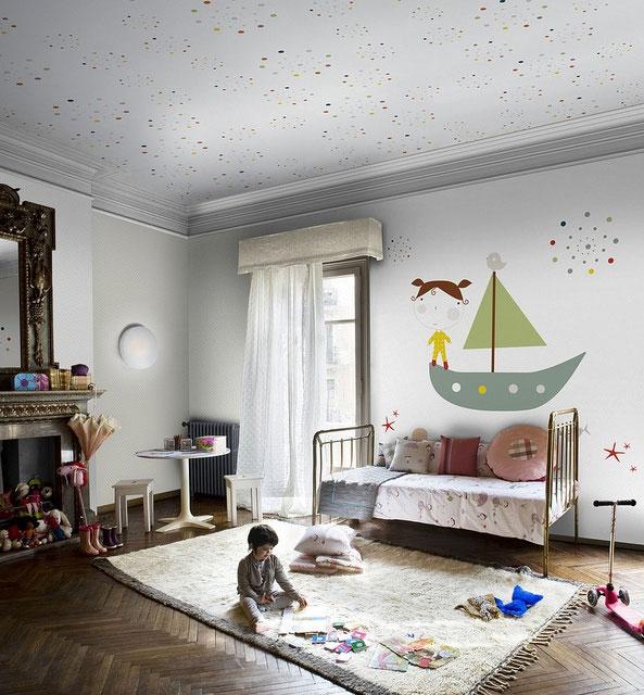 Wnętrze białego dziecięcego pokoju