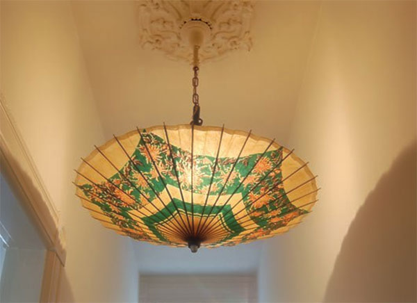 orientalny parasol jako lampa