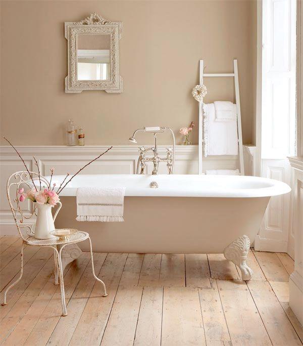 Łazienka w ciepłej aranżacji z wykorzystaniem boazerii