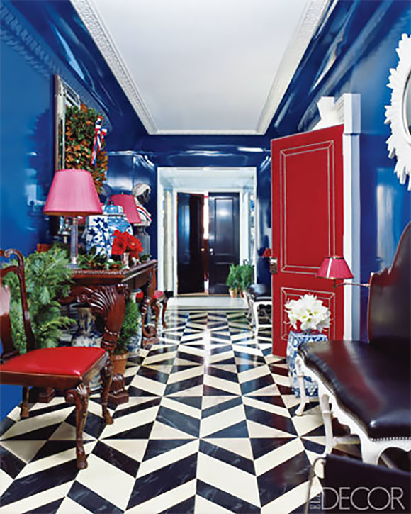 Kontrast błękitu z innymi kolorami w aranżacji wnętrza