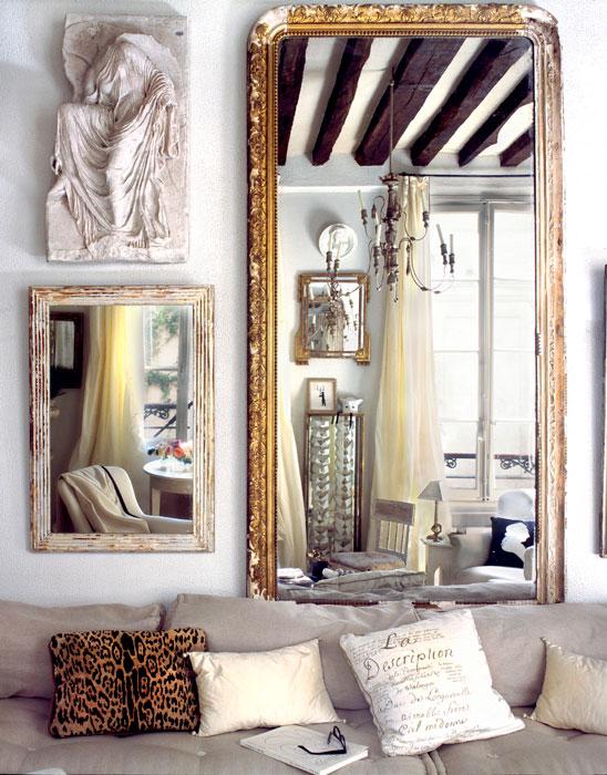 Dwa lustra, jedno w złoconej ramie drugie współczesne