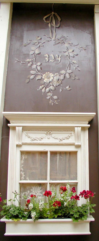 Bogato zdobione okno z dekoracja malarską