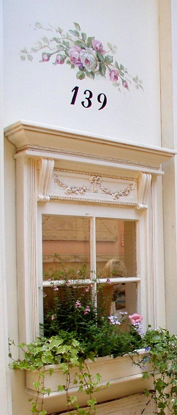 Bogato zdobione okno z dekoracją malarską