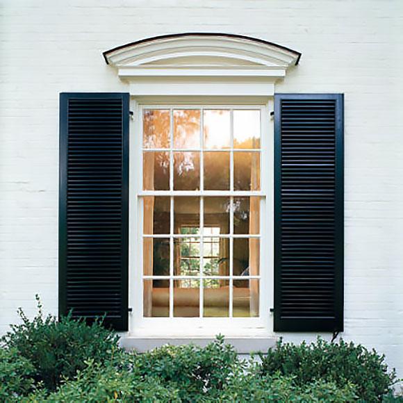 Dekoracja okienna oparta na prostym gzymsie
