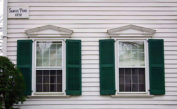Okna zwińczone geometrycznymi przyczółkami