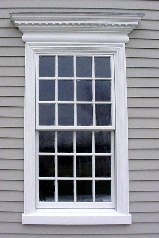 Okno z prostym gzymsem opartym na dekoracyjnej opasce okiennej