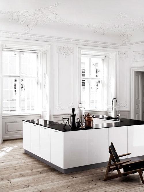 Klasyczne wnętrze kuchenne z bogatą rnamentyką i sztukaterią