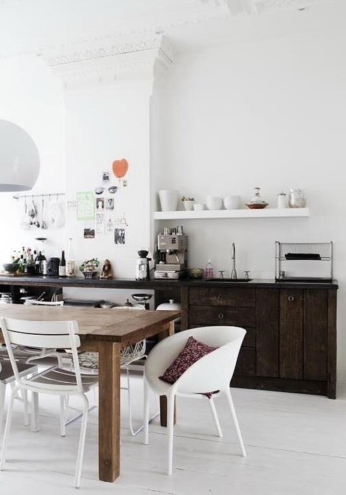 Klasyczne wnętrze, sztukaterie, odsłonięte elementy kuchenne i rustykalne meble