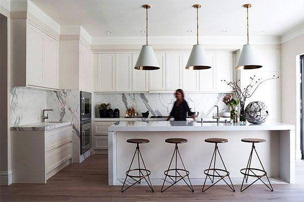 Biel w kuchni dobrze komponująca się z różnymi materiałami