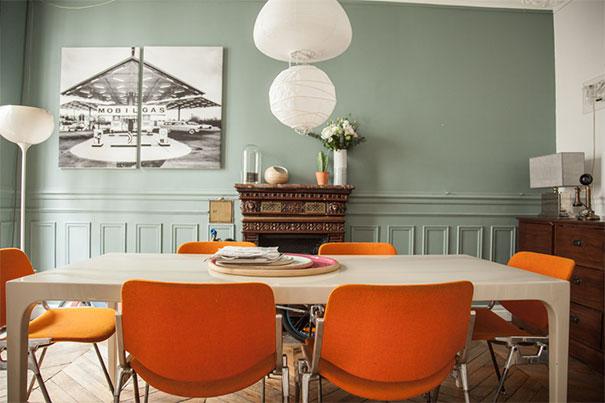 Przestrzeń jadalna zaaranżowana na tle pastelowej ściany
