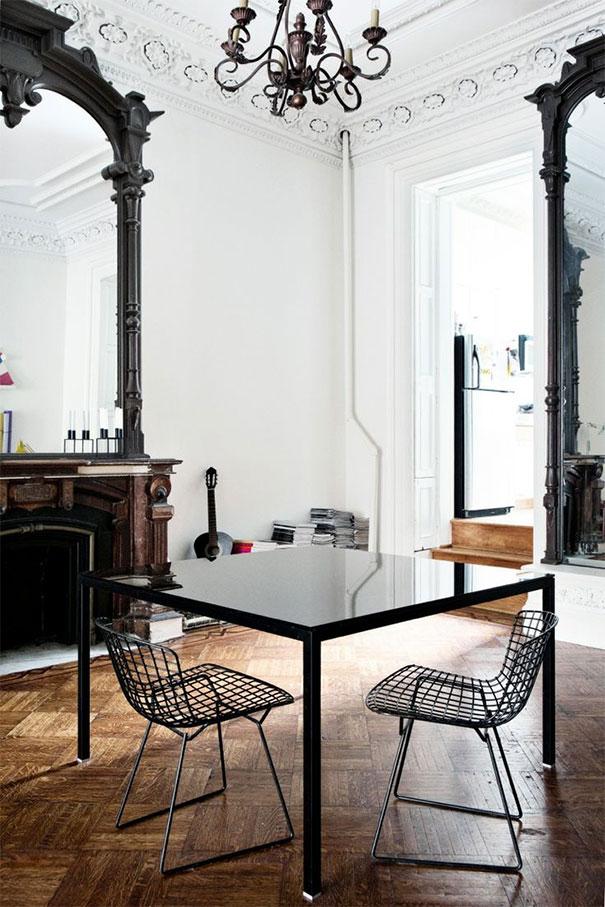 Ciemne rzeźbione ramy luster kontrastują z  bielą ścian
