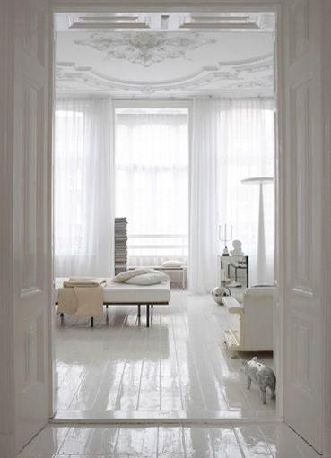 Wnętrze w odcieni bieli z połyskującą podłogą