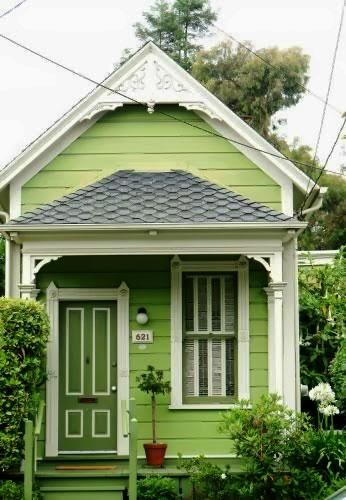 Miniaturowy domek w odcieniach zieleni