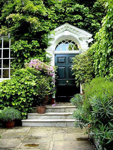 Wejście do domu aranżacja - Drzwi wejściowe w kolorystyce czerni i bieli