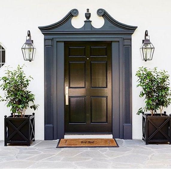 Drzwi z dekoracja w ciemnym odcieniu szarości