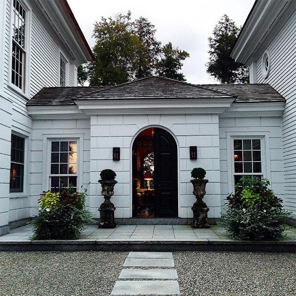 Drzwi wejściowe w boniowanym łączniku 2 skrzydeł domu