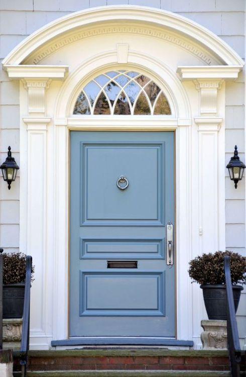 Błękitne drzwi z dekoracjyjnymi sztukateraimi