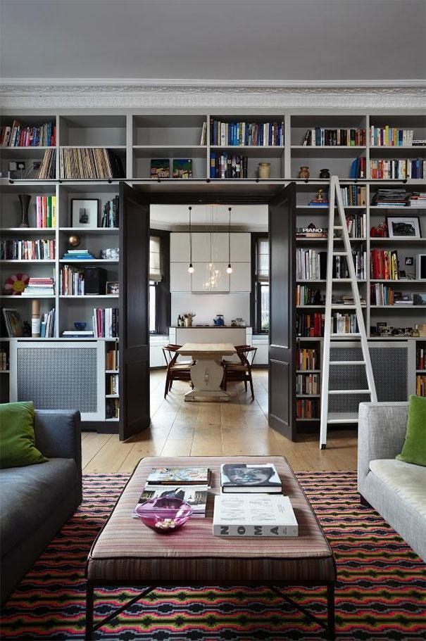 Biblioteka w postaci półek zwieńczonych dekoracją sztukatorską