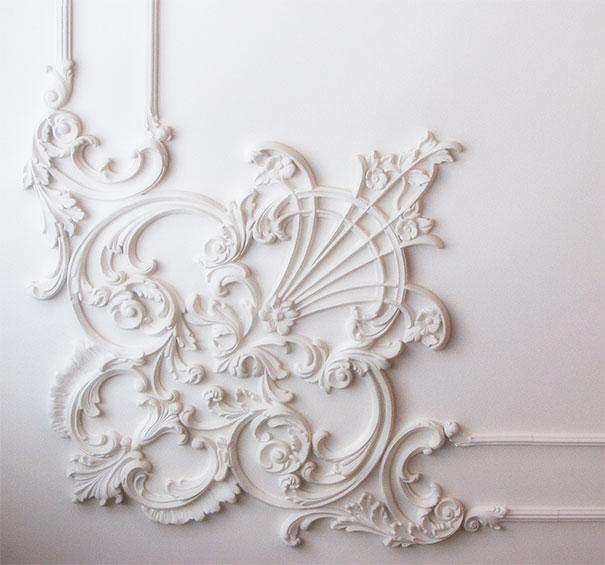 ornament na suficie w klasycznej bieli