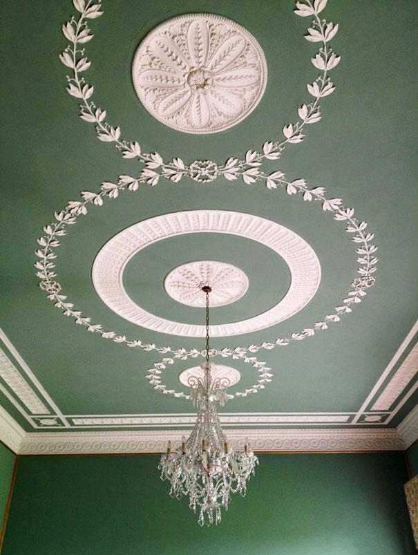 Sufit w kolorze ścian podkreślający zewnętrzne krawędzie dekoracji sztukatorskich