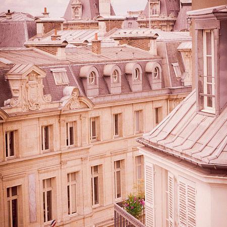 Prosta i harmonijna architektura paryskiej kamienicy