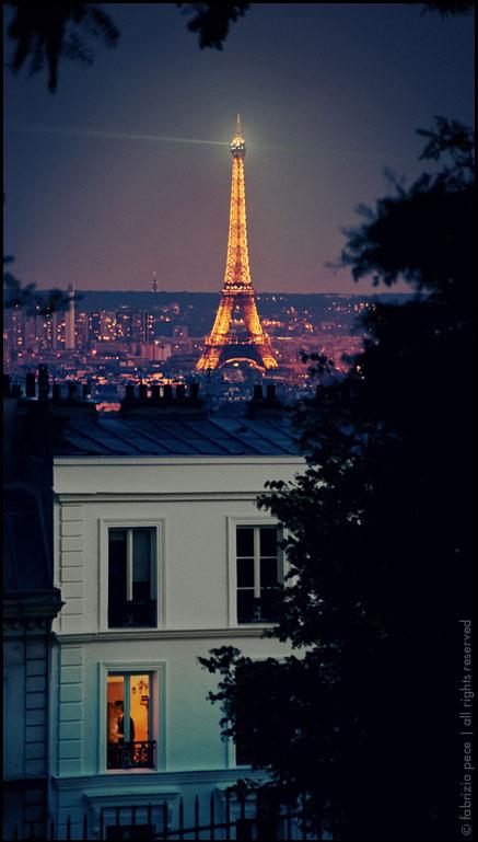 Bonie, proste gzymsy i opaski na paryskiej kamienicy