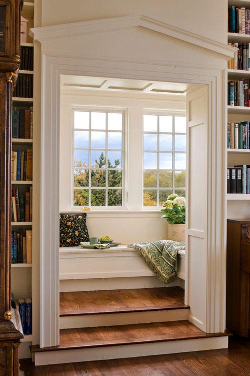 Wyizolowane siedzisko pod oknem