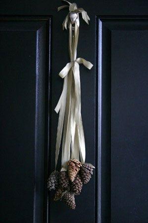 Ozdoba z szyszek na drzwi