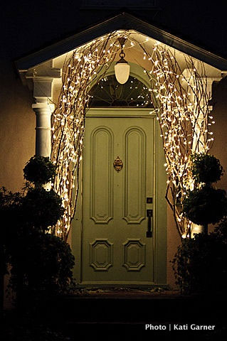 Lampki świąteczne na suchych gałęziach