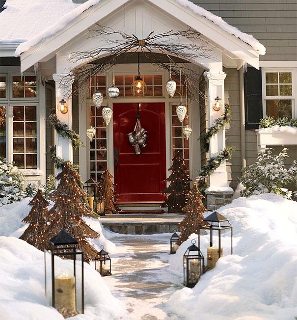 Kompozycja dekoracji świątecznej nad wejściem