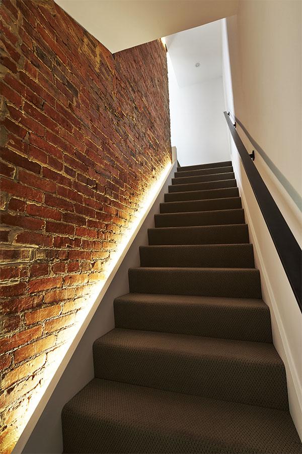 Schody wzdłuż ceglanej ściany
