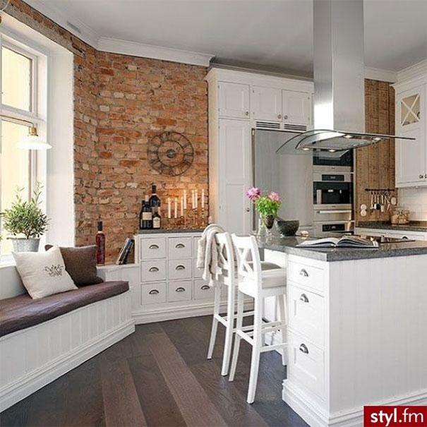 Kuchnia z dekoracyjną ceglaną ścianą