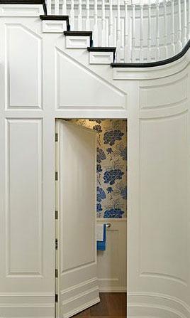 Zabudowa imitująca boazerię wykorzystana do ukrycia drzwi