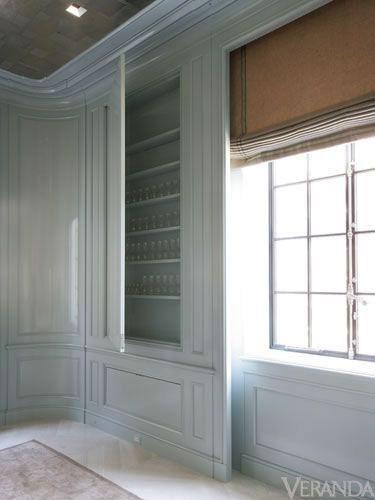 Boazeryjne wykończenie ścian skrywające półki