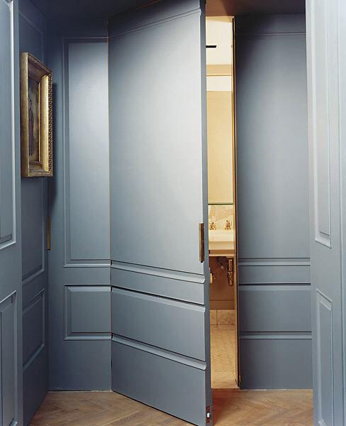 Ukryte w ścianie drzwi do łazienki