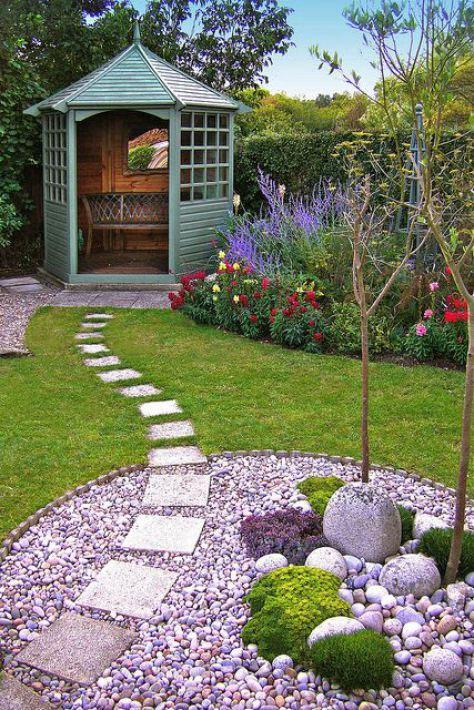 Kwiaty i trawnik w przydomowym ogrodzie