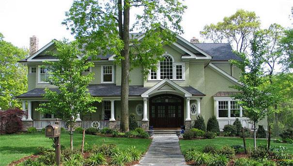 Duży zielony dom wśród zieleni