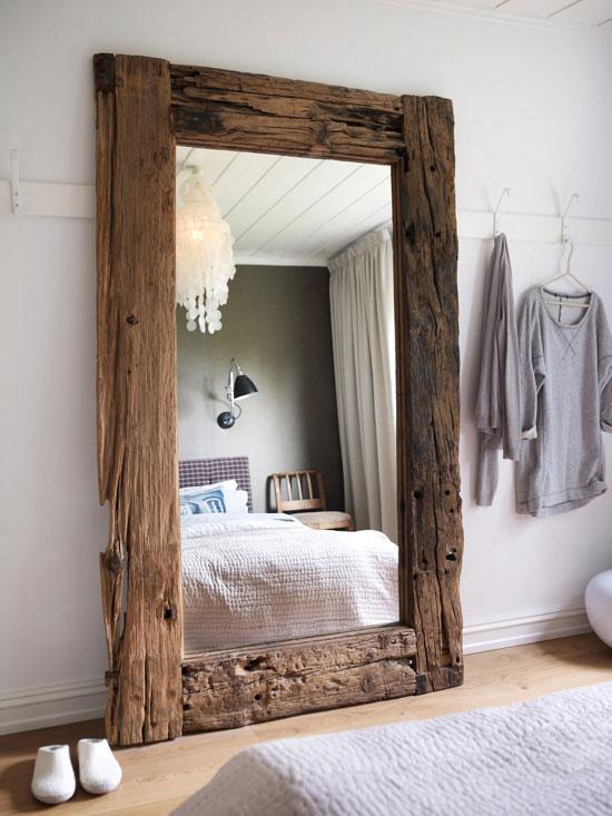 Duże lustro w ramie ze starego drewna