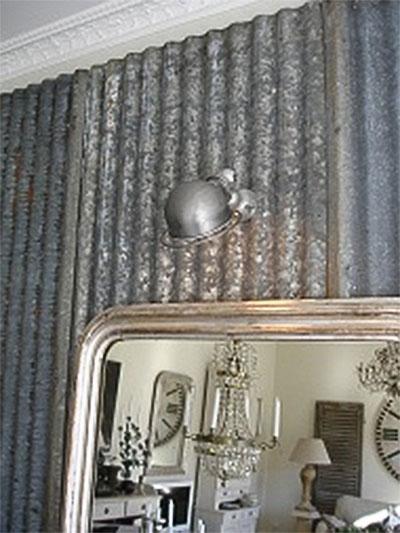 Ściana z spatynowanej blachy falistej