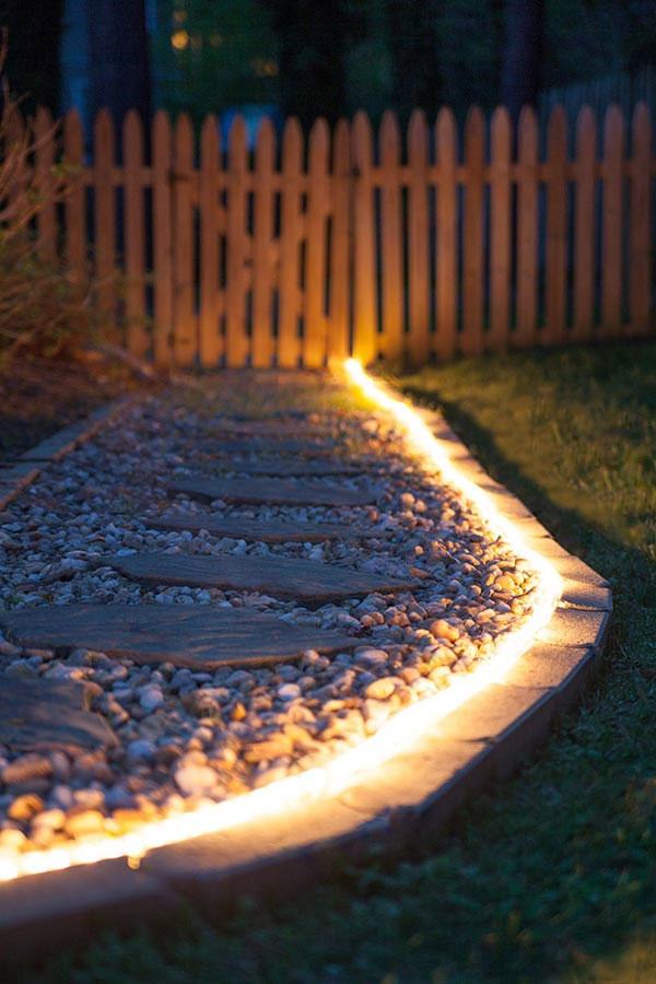 Wąż LED oświetlający ścieżkę