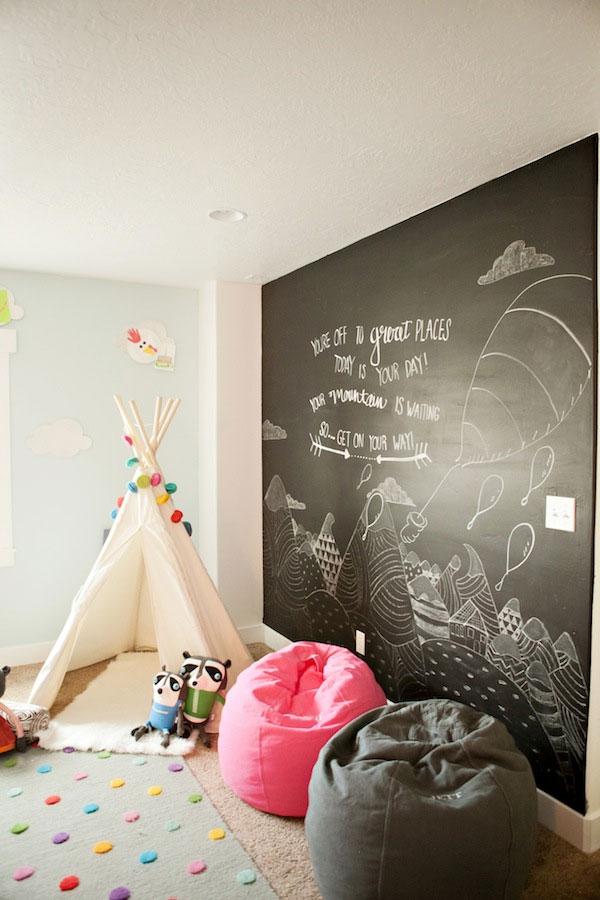 Ściana pomalowana farbą tablicową w pokoju dziecinnym