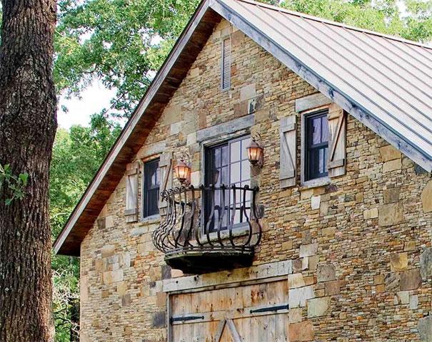 Kamienna stodoła, której charakter mieszkalny nadaje balkon