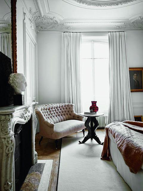 Ściany i sufit bogato zdobione sztukaterią