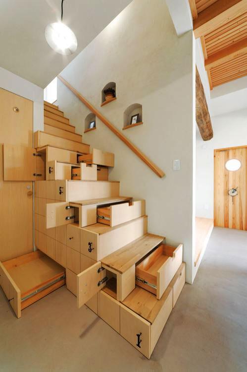 Szuflady jako wypełnienie przestrzeni pod schodami