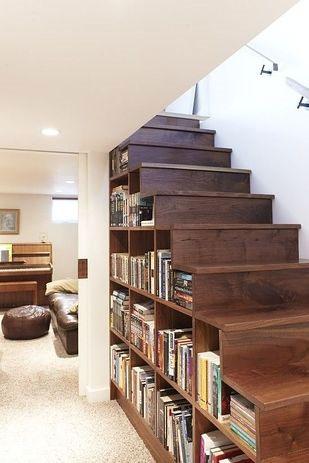 Przestrzeń pod shcodami wypełniona półkami na książki