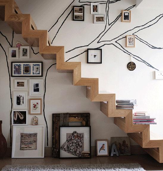 Otwarta przestrzeń pod schodami