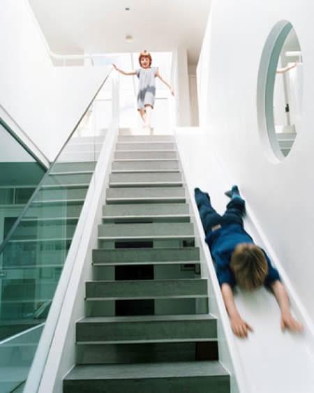 schody ze zjeżdżalnią